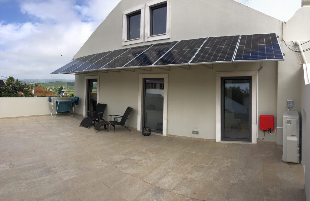 Wall mounting solar panels near Alenquer